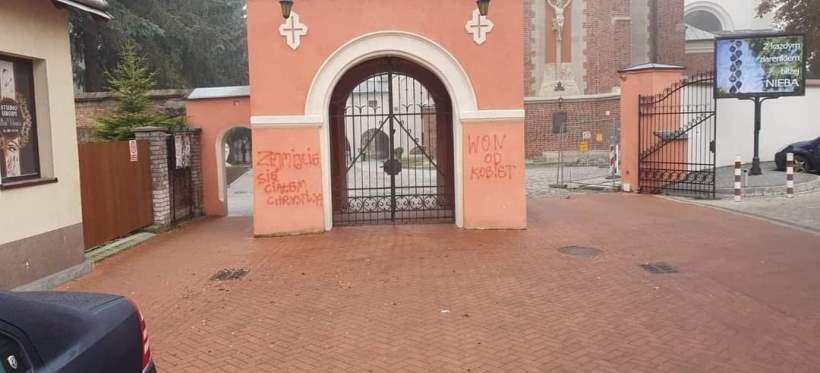 """""""WON OD KOBIET"""" na bramie Bazyliki w Przeworsku! (FOTO, WIDEO)"""