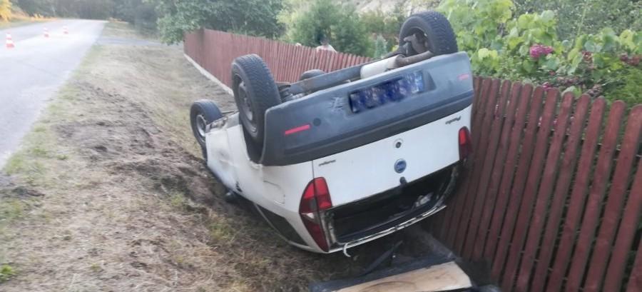 Dachowanie w Hucisku. Kierowca miał ponad trzy promile (ZDJĘCIA)