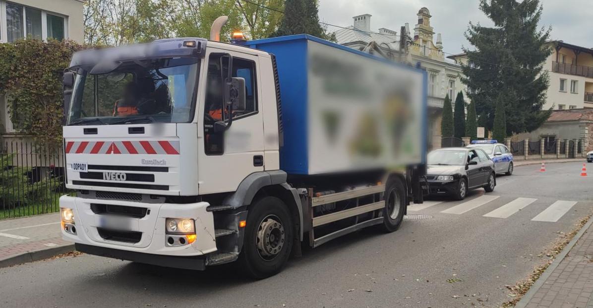 Zderzenie osobówki ze śmieciarką. Droga zamknięta (VIDEO, ZDJĘCIA)