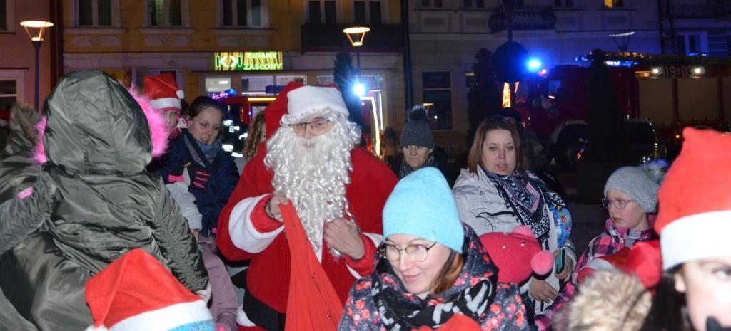 BRZOZÓW: Święty Mikołaj odwiedził dzieci. Feta na brzozowskim Rynku (VIDEO, FOTO)