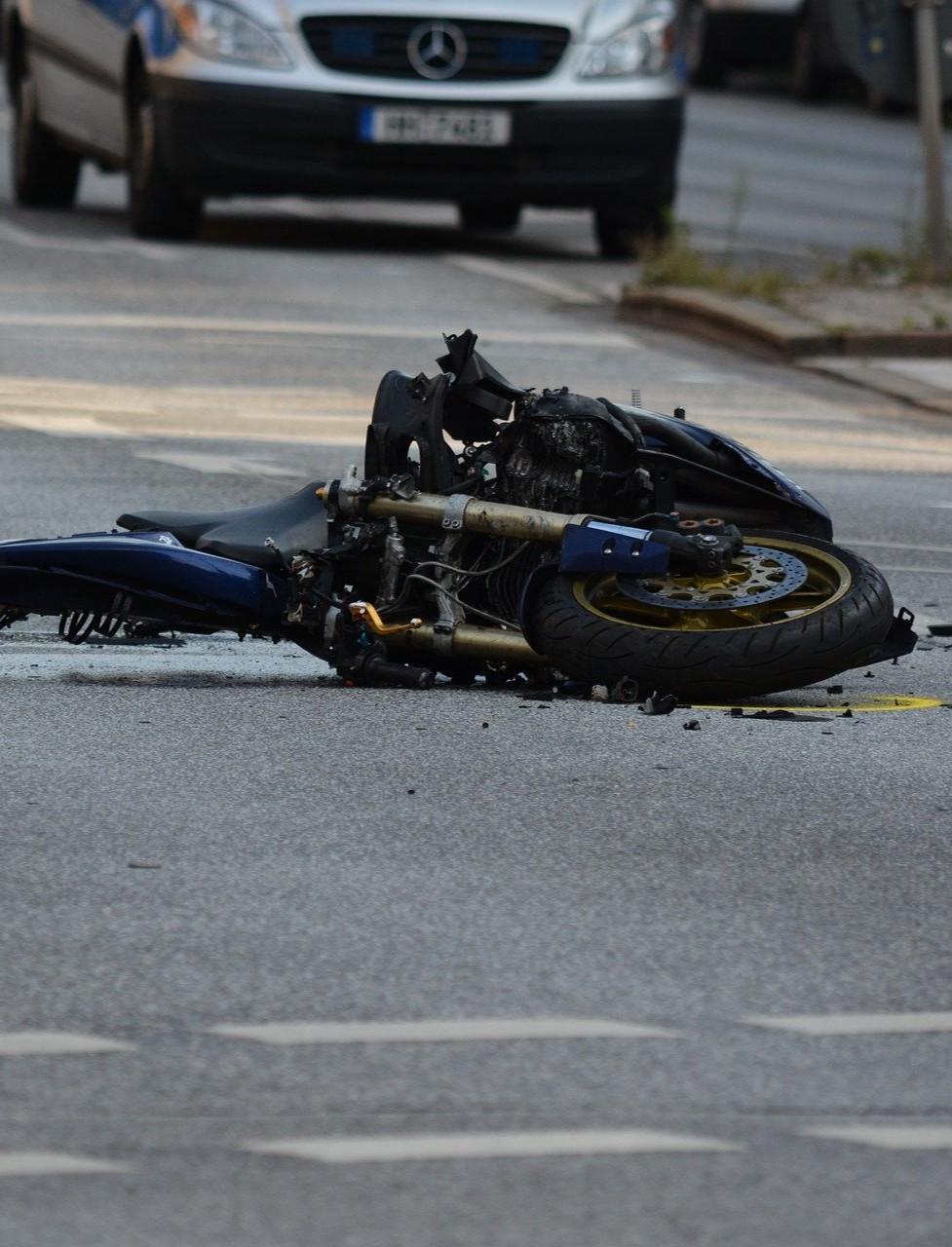 Śmiertelny wypadek. Motocyklista uderzył w dwa samochody