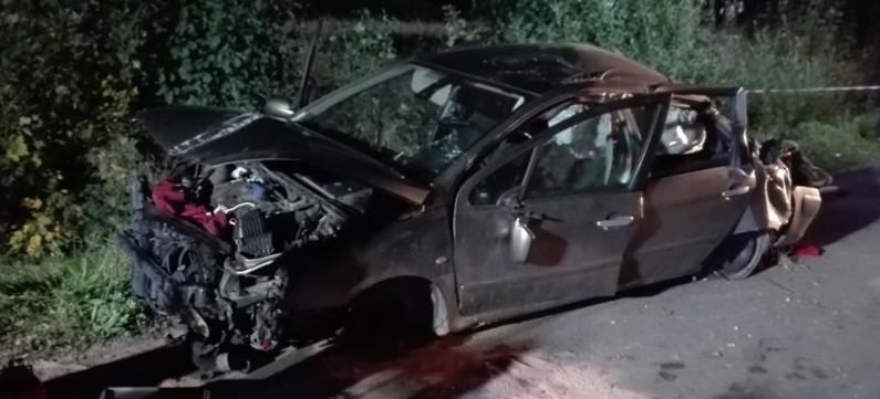 Całkowicie rozbity samochód. Kierowcy nie było na miejscu (ZDJĘCIA)