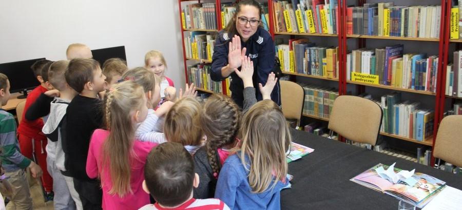Policjantka czytała bajki przedszkolakom (ZDJĘCIA)