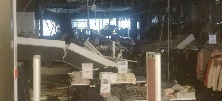 Podwieszony sufit spadł na klientów. Wzrosła liczba poszkodowanych