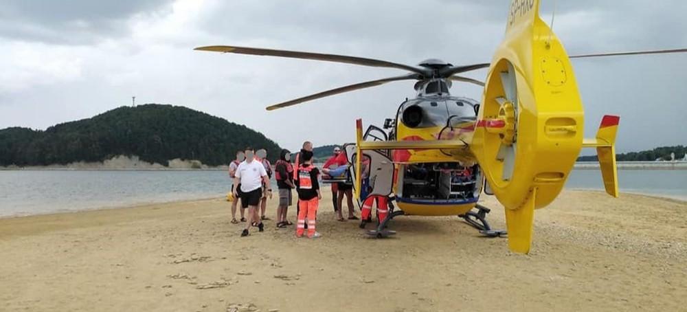 Pacjent z urazem kręgosłupa. Śmigłowiec LPR lądował na wyspie okresowej na Jeziorze Solińskim (ZDJĘCIA)