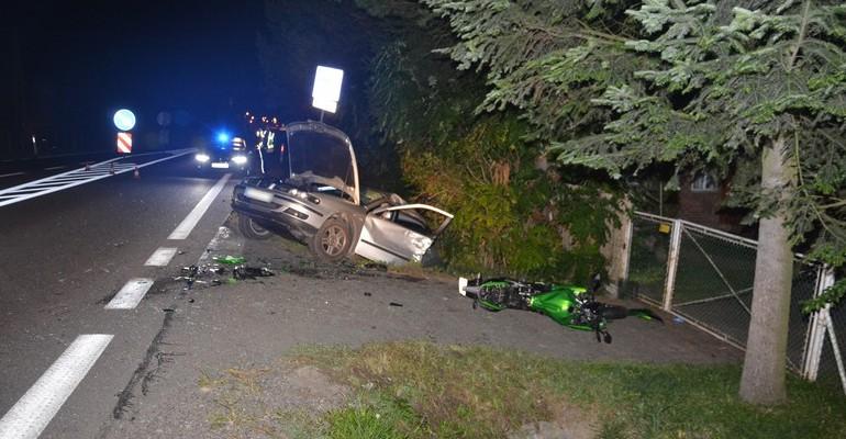 REGION: Poważne obrażenia trzech osób. Osobówka zderzyła się z motocyklem (ZDJĘCIA)