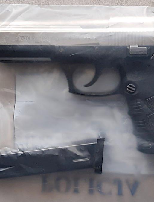 Zaatakował sąsiada za koszenie trawy strzelając z pistoletu