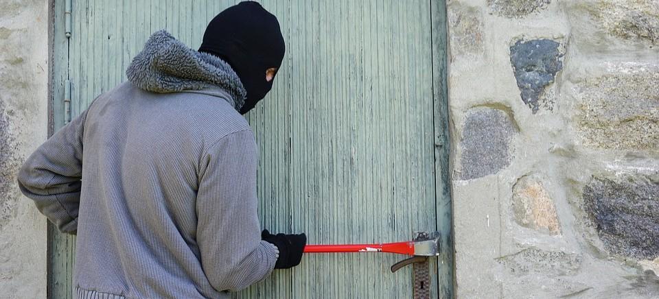 Dwóch 25-latków napadło na sklep. Policjanci znaleźli narkotyki