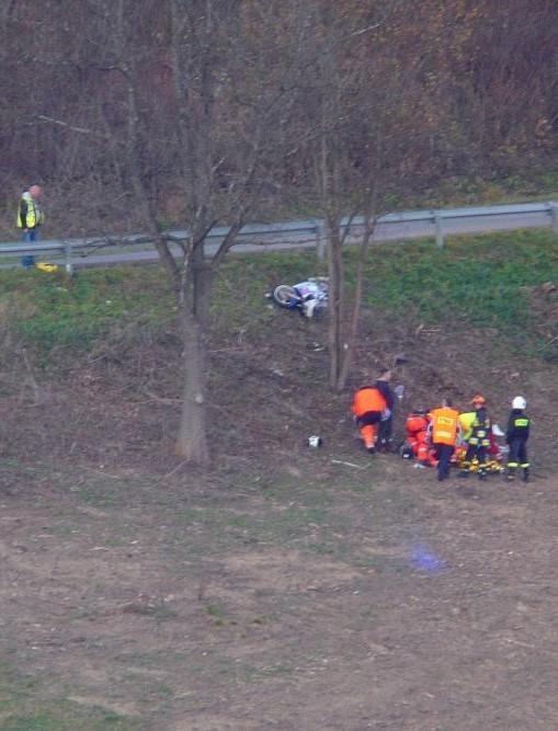 BIESZCZADY: Niebezpieczny wypadek w Wołkowyi. Motocyklista stoczył się ze skarpy (FILM, FOTO)