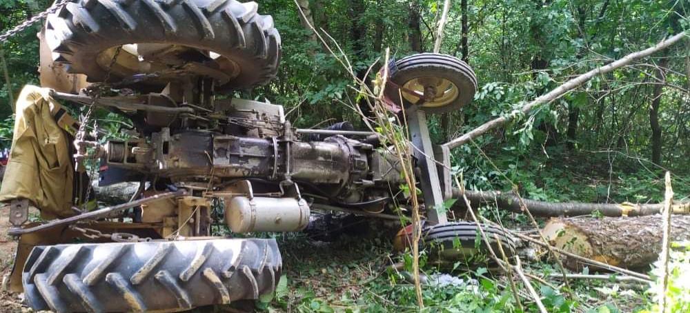 Tragedia w Zmiennicy. Zmarł 72-latek przygnieciony przez traktor (FOTO)