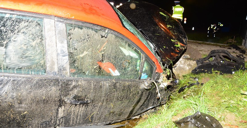 Tragiczny wypadek w Jedliczu. Kierowca uderzył w przepust (ZDJĘCIA)