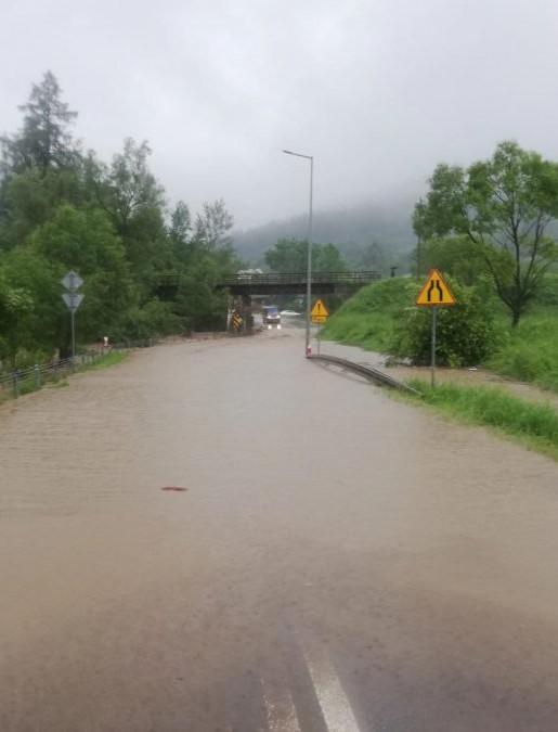 BIESZCZADY: Potężne ulewy. Podtopienia, zalane drogi (ZDJĘCIA)