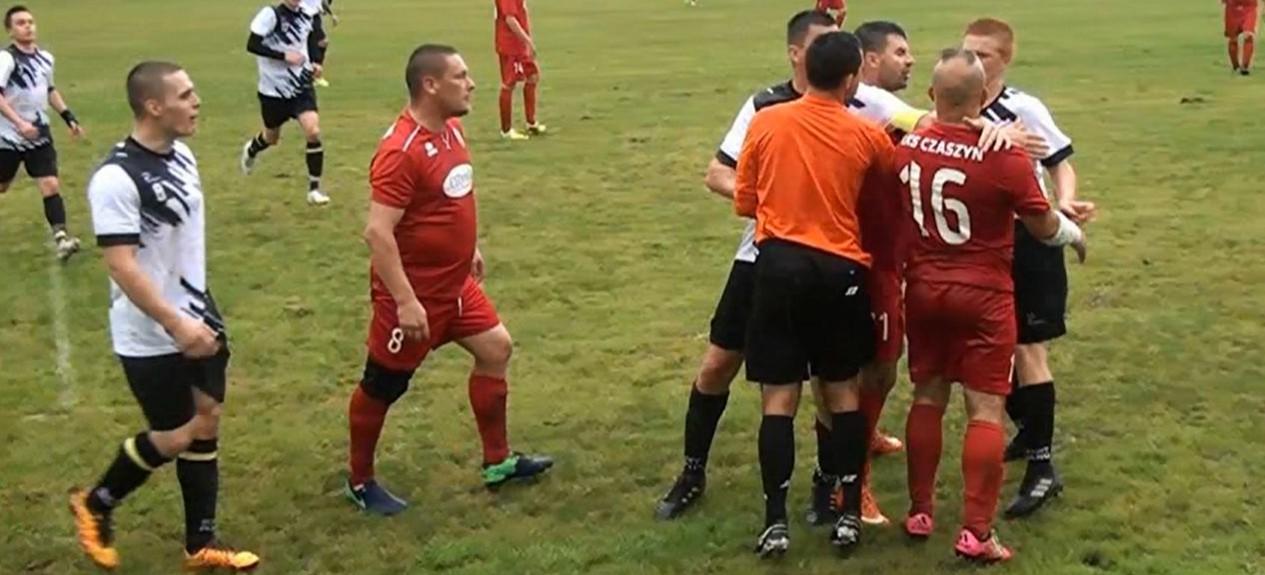 Czerwona kartka i bramka z wolnego. Twardy bój w Czaszynie (SKRÓT VIDEO)