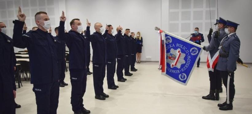 RZESZÓW. 45 nowych funkcjonariuszy Podkarpackiej Policji (ZDJĘCIA)