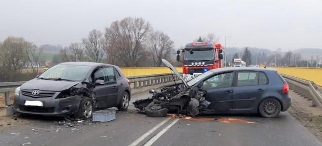 Czołowe zderzeniu dwóch samochodów, ranne zostały trzy osoby (ZDJĘCIA)
