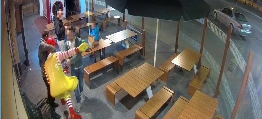 RZESZÓW: Uszkodził figurę klauna i ławkę przy fast foodzie. Poszukuje go policja (FOTO)