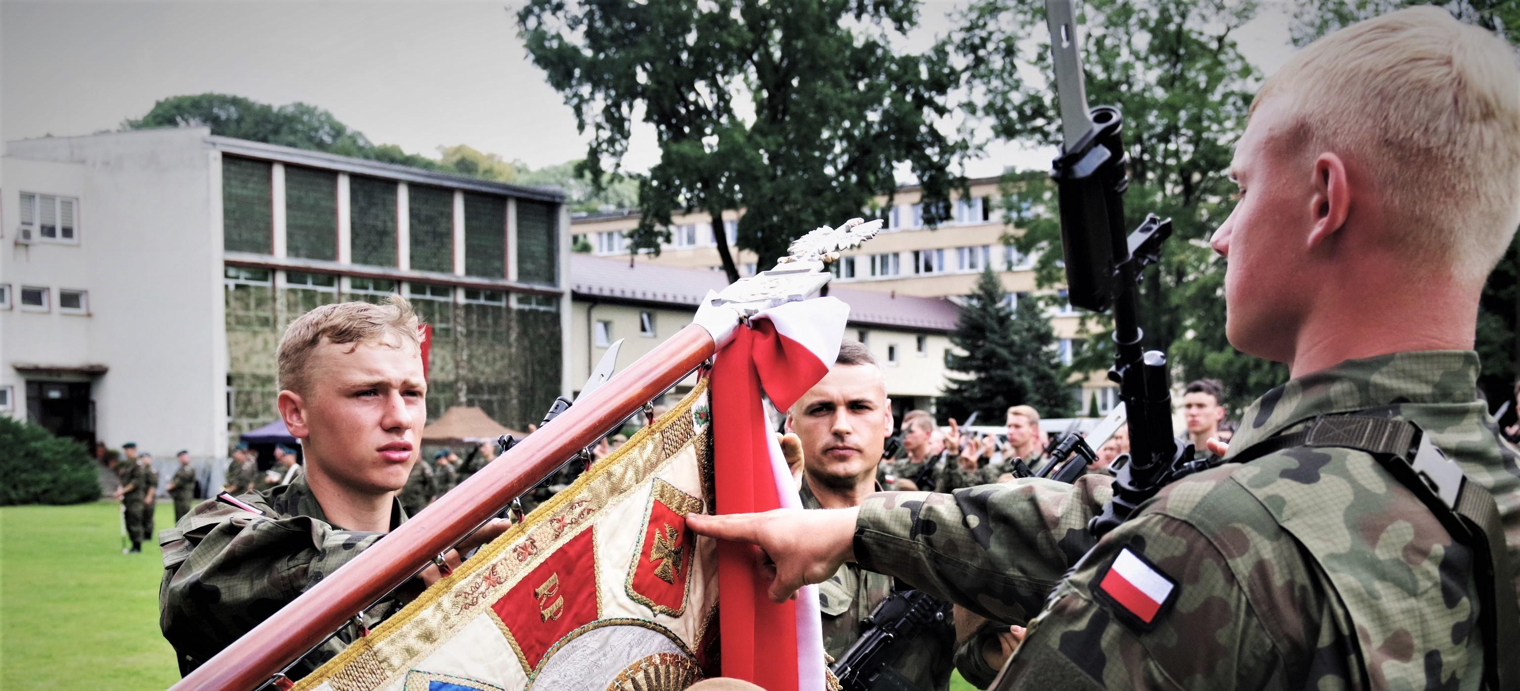 """Przysięga żołnierzy 3.Podkarpackiej Brygady OT w Trzcinicy w """"Karpackiej Troi"""""""