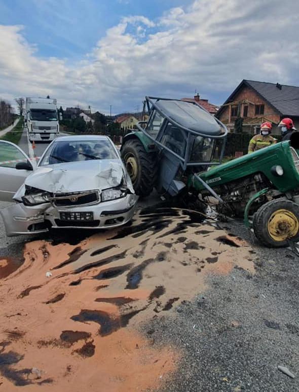 Niebezpiecznie pomiędzy Jasłem a Pilznem. Zderzenie osobówki z ciągnikiem (ZDJĘCIA)