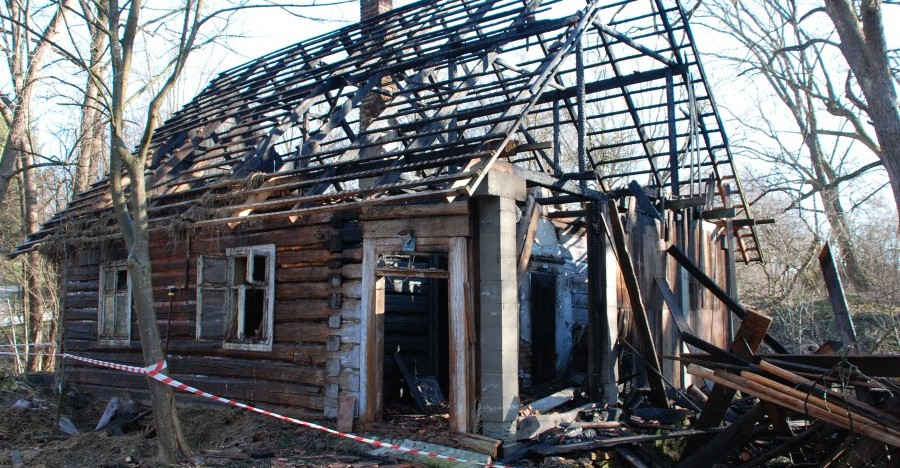Puścili z dymem trzy budynki. Jeden podpalał, drugi stał na czatach (ZDJĘCIA)