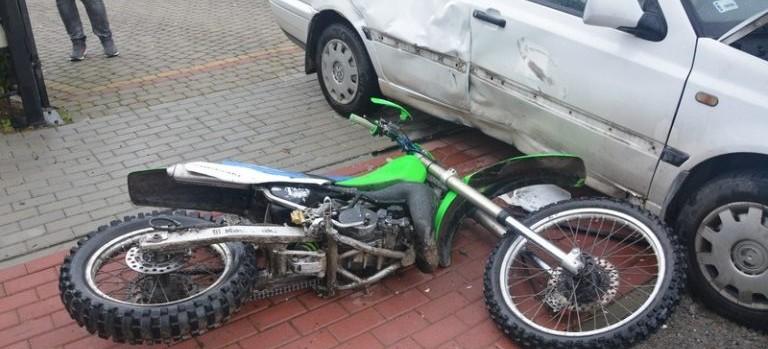 Motocyklista jechał po chodniku. Zderzył się z osobówką (ZDJĘCIA)