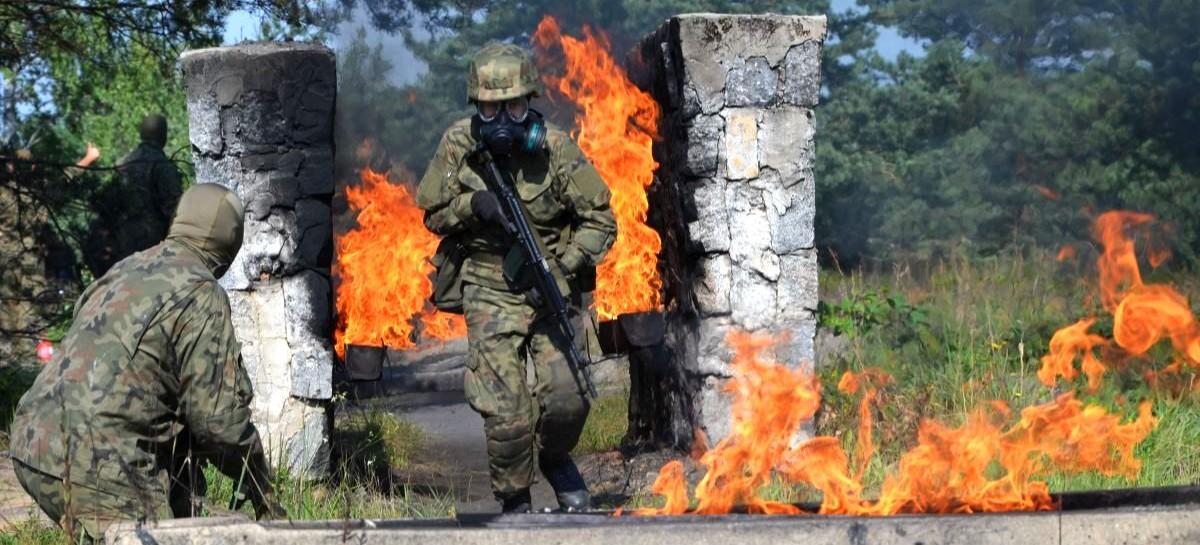 Tor napalmowy, rzut granatem i strzelanie w masce. Szkolenia terytorialsów (FOTO)
