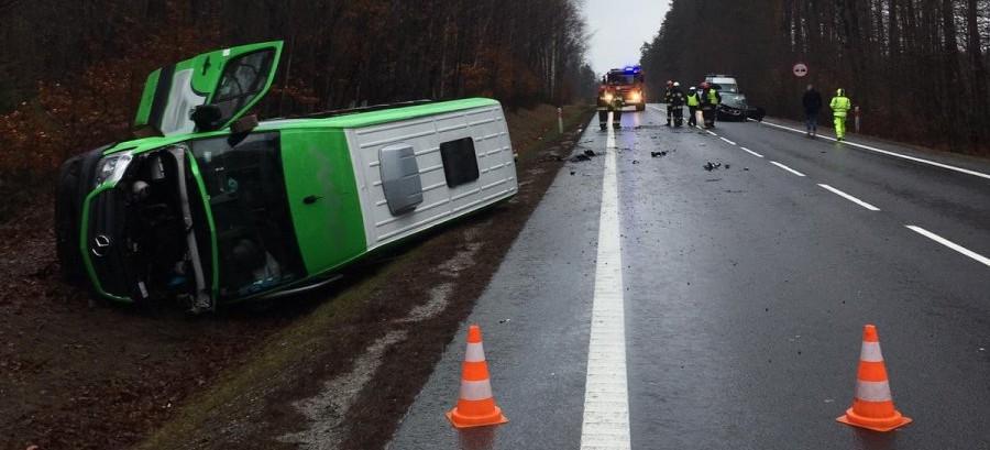 Zderzenie busa z osobówką pod Głogowem Młp. 3 osoby ranne (FOTO)