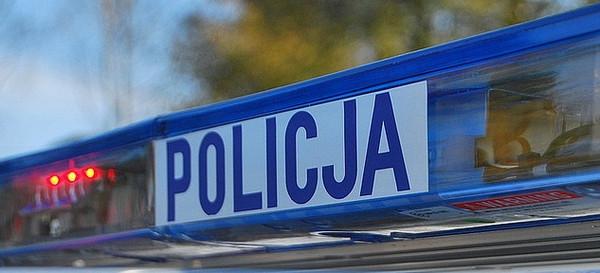Pijany motocyklista jadąc na jednym kole zderzył się z osobowym busem