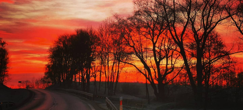 Krwawy wschód słońca. Kilka wyjątkowych ujęć z trasy Sanok-Lesko (ZDJĘCIA)