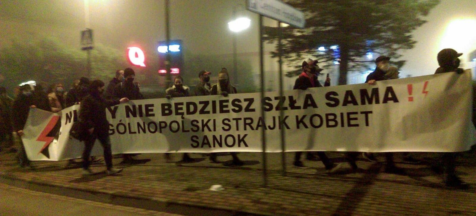 LIVE: Trwa Strajk Kobiet w Sanoku. ZOBACZ VIDEO i ZDJĘCIA