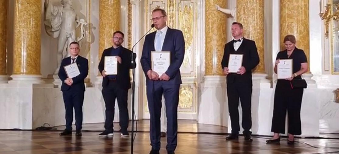 Lekarz Włodzimierz Bodnar z prestiżową statuetką. Wbił szpilkę rządzącym! (VIDEO)