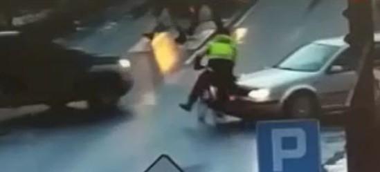 Wjechał na skrzyżowanie na czerwonym świetle. Zderzył się z dwoma samochodami (ZOBACZ VIDEO)