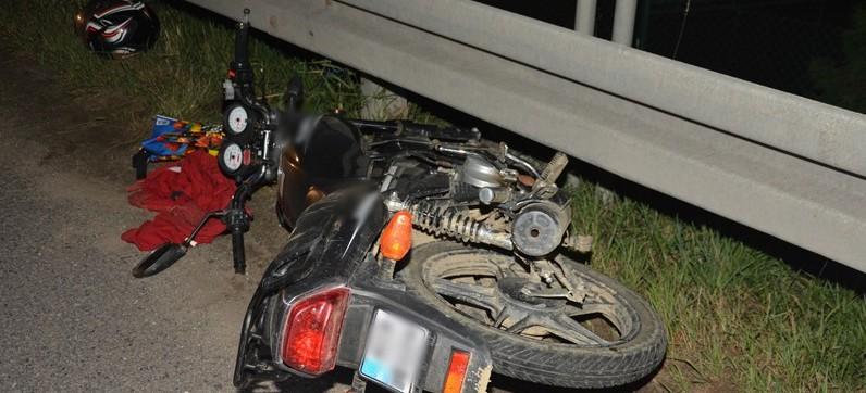 Pijany motorowerzysta wjechał w samochód. Mężczyzna w szpitalu (FOTO)