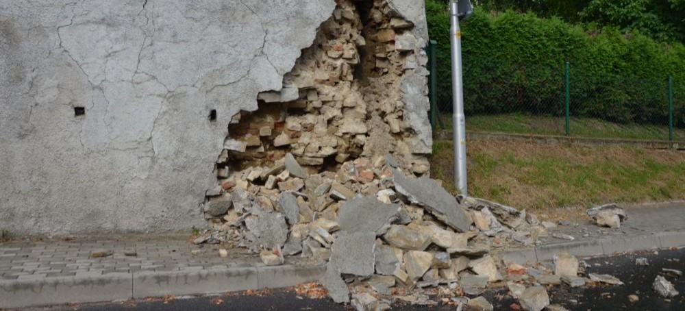 Pękający mur, zamknięta główna ulica i objazdy przez osiedla. Mieszkańcy muszą uzbroić się w cierpliwość (ZDJĘCIA)