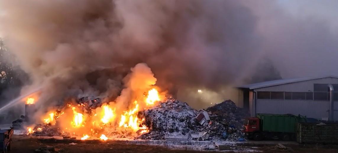REGION: Pożar w sortowni odpadów koło Jasła! (WIDEO)