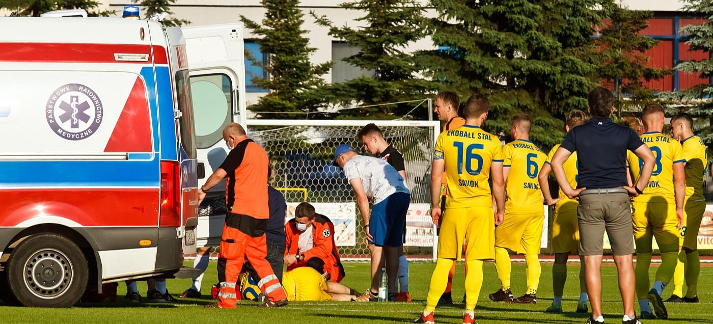 Dramatyczne sceny na meczu. Piłkarz upadł na murawę i stracił przytomność (ZDJĘCIA)
