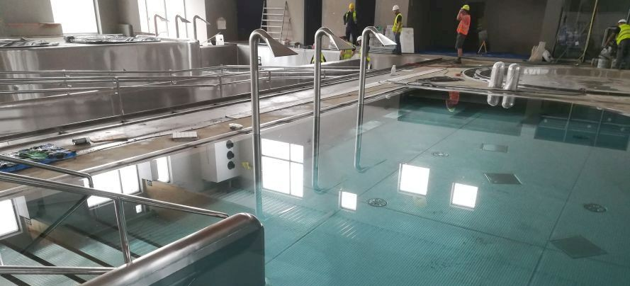 Budowa basenów zamkniętych na finiszu. Kolejna niecka wypełniana wodą (FILM, ZDJĘCIA)