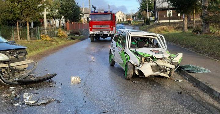 Groźny wypadek we Wzdowie. Czołowe zderzenie (ZDJĘCIA)