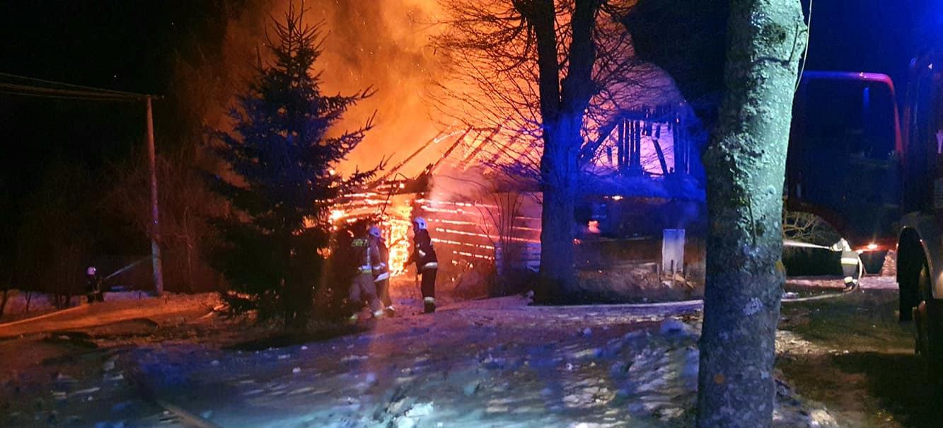 """Pożar domu. """"Budynek stał w ogniu"""" (ZDJĘCIA)"""