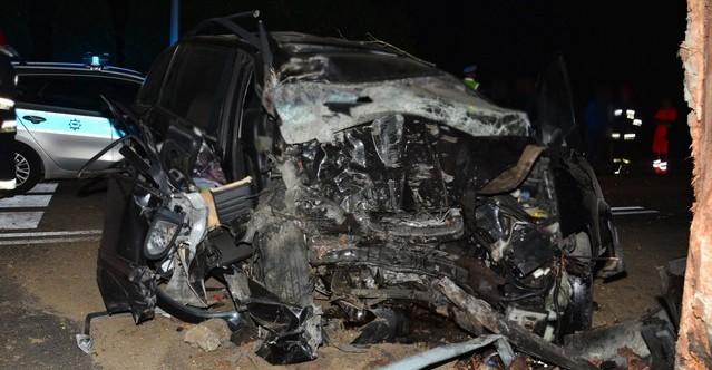 TRAGEDIA: 28-latek uderzył w drzewo. Zginął na miejscu (FOTO)