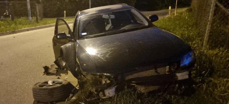 Rozbite audi obok cmentarza. 29-letni kierowca pijany (ZDJĘCIA)