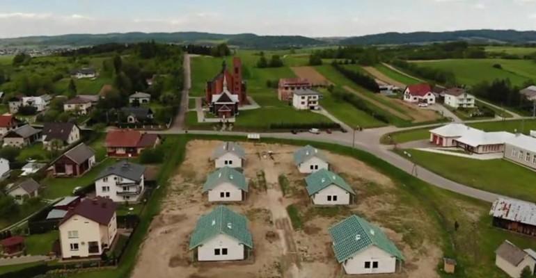 GÓRKI: Powstaje osiedle domów jednorodzinnych. Pierwsza taka inwestycja w powiecie brzozowskim (FILM, ZDJĘCIA)