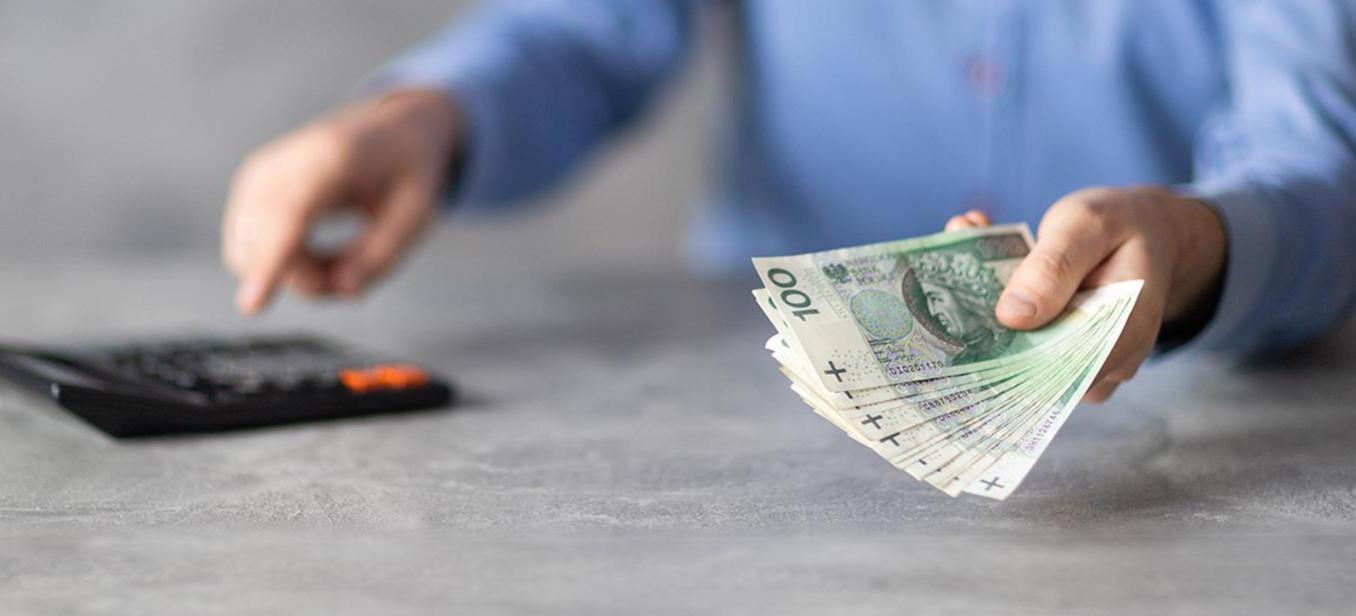 Płaca minimalna w górę o… 210 złotych. Gigantyczne podwyżki dla polityków i samorządowców