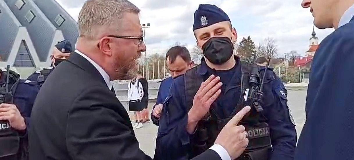 GRZEGORZ BRAUN do policjantów: Przestudiujcie kodeks karny! (VIDEO)