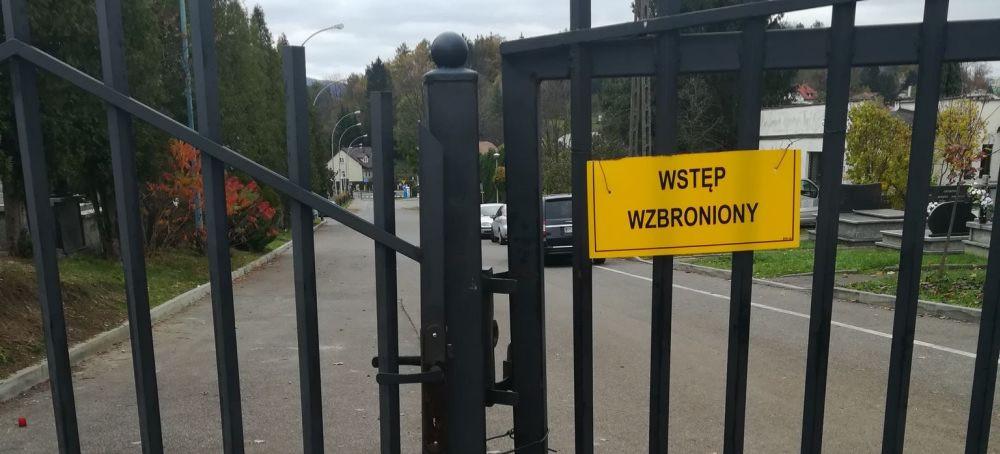SANOK: Bramy cmentarza ponownie zamknięte. Wejścia pilnuje dozorca (ZDJĘCIA)