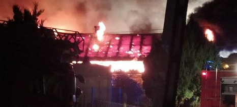 Pożar drewnianego domu. Trzy osoby w środku (VIDEO, FOTO)