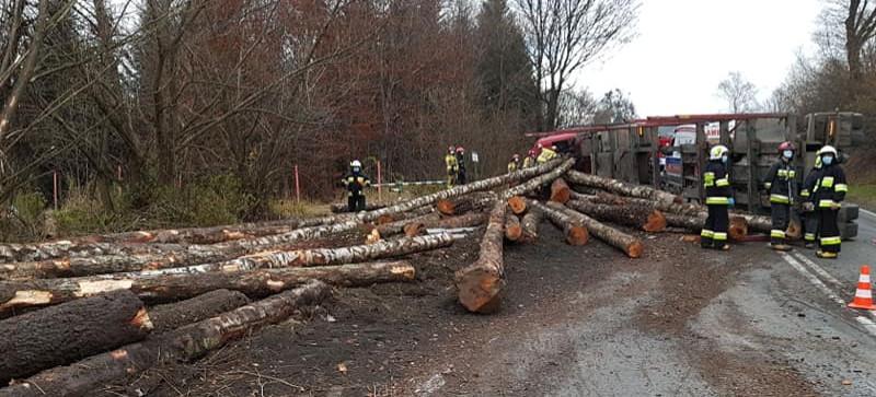 Wypadek ciężarówki z drewnem. Ranny kierowca (VIDEO, FOTO)