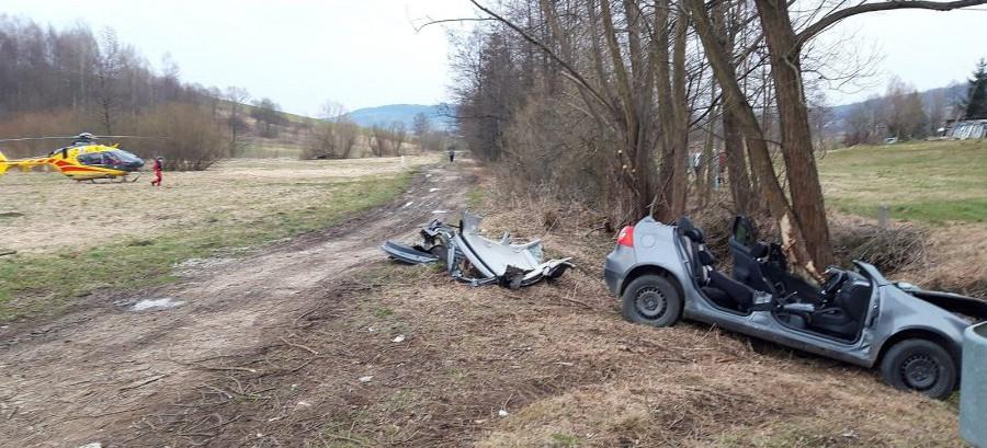 LUTCZA: Volkswagen uderzył w drzewo. Ranny 20-latek!