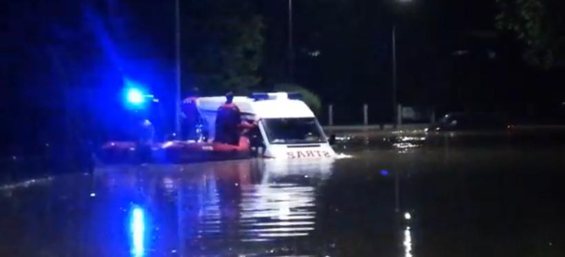 POWÓDŹ. Woda porwała wóz strażacki i bus w Kańczudze! (WIDEO)