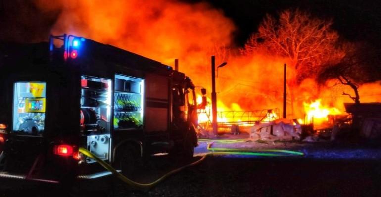 BOLESTRASZYCE: Potężny pożar. Paliły się szklarnie i gospodarstwo (ZDJĘCIA)