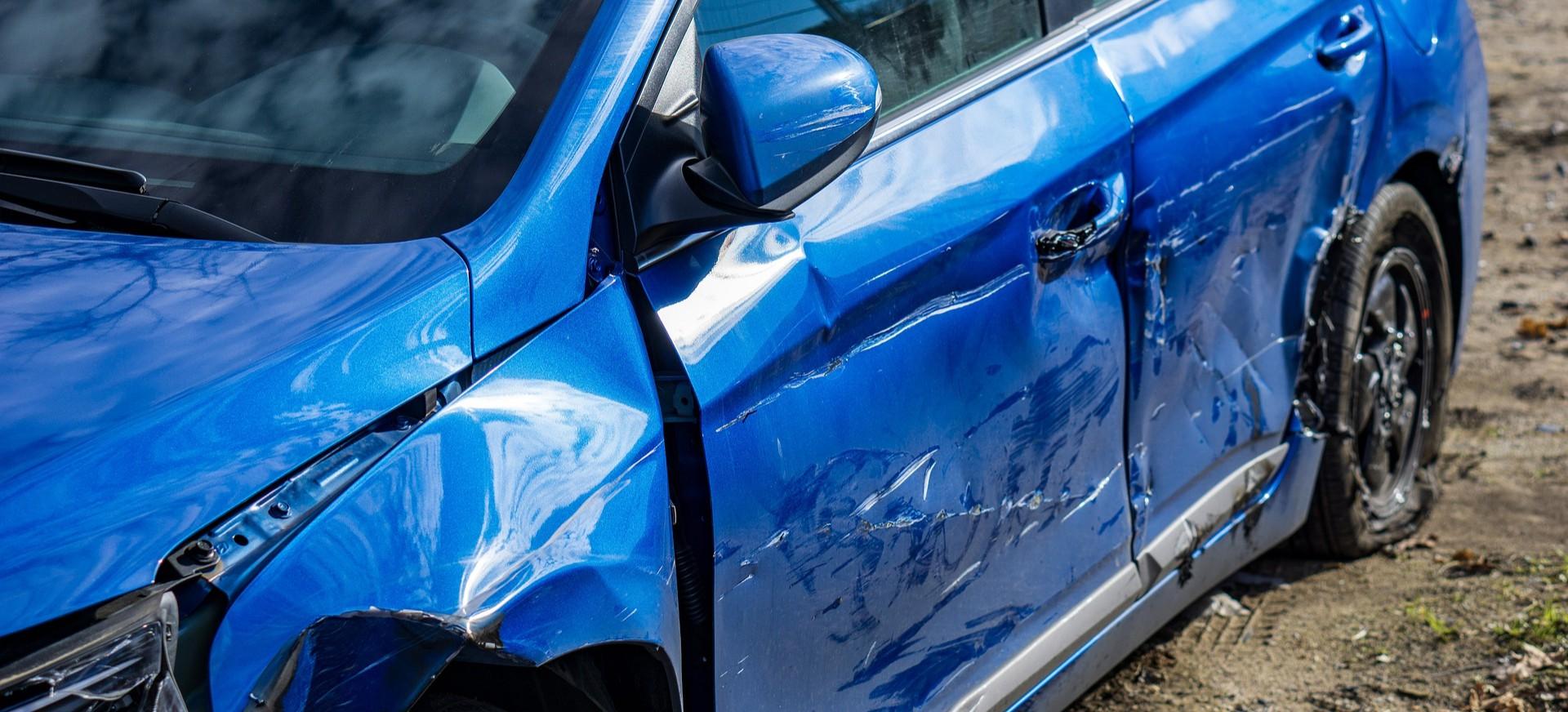 JASIENICA ROSIELNA: Uszkodził przypadkowy samochód. Myślał, że wewnątrz jest jego dziewczyna